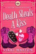 Cover-Bild zu Death Steals A Kiss (A Taylor Texas Mystery) (eBook)