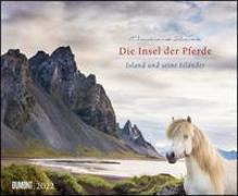 Cover-Bild zu Die Insel der Pferde: Island und seine Isländer 2022 - Pferde- und Landschafts-Kalender - Querformat 52 x 42,5 cm von Slawik, Christiane (Fotogr.)