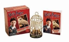 Cover-Bild zu Press, Running: Harry Potter Hedwig Owl Kit and Sticker Book