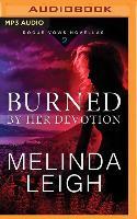 Cover-Bild zu BURNED BY HER DEVOTION M von Leigh, Melinda