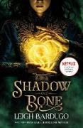 Cover-Bild zu Bardugo, Leigh: Shadow and Bone: Now a Netflix Original Series (eBook)